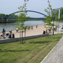 Uferpromenade mit Dorfbrücke im Hintergrund©Stadt Hörstel